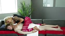 Nina Elle faz uma massagem bem relaxante